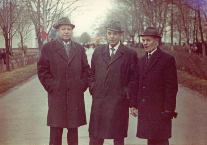 Слева - первый директор швейной фабрики Нужнов Михаил Алексеевич, справа - начальник снабжения Ершов Алексей Алексеевич. 1974 год